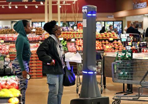 Cientos de tiendas Stop and Shop y Giant Foods son el hogar del robot de ojos saltones Marty, que se ha convertido en uno de los favoritos de los clientes. Marty también jugó un papel clave en la coartada de un sospechoso de asesinato en enero.