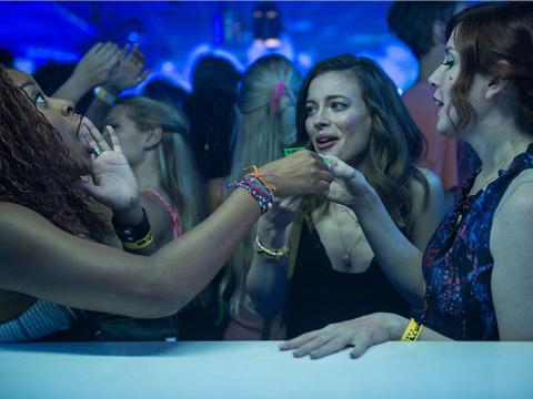 Phoebe Robinson, Gillian Jacobs, y Vanessa Bayer en 'Ibiza'