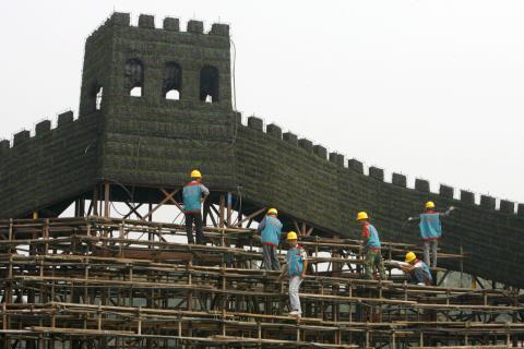 Instalación de una réplica de la Gran Muralla China en la Plaza Tiananmen en Beijing —no la réplica de 4 kilómetros de largo—.