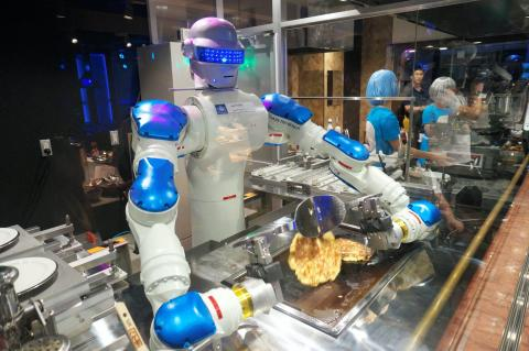 En el parque de diversiones japonés Huis Ten Bosch, un robot llamado Andrew hace okonomiyaki en el restaurante Hen-na.