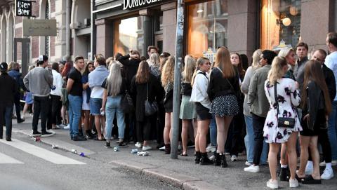 Jóvenes esperando a entrar en una discoteca en Helsinki tras levantarse las medidas de confinamiento