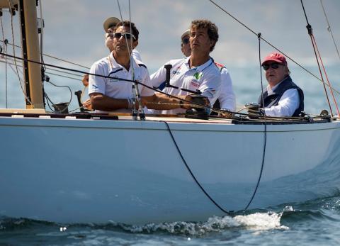 Juan Carlos I, en su faceta de regatista a bordo de un velero en 2017.