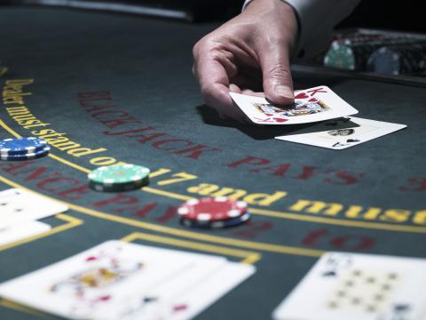Juego de cartas en el casino.
