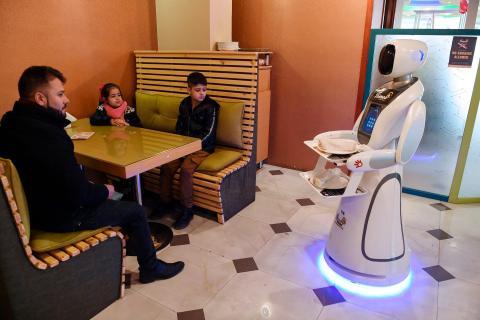 """En Kabul, Afganistán, un robot japonés llamado Timea que sirve a los clientes de Times Fast Food se ha ganado el apodo de """"Nazo"""" o """"hermoso"""" en el idioma dari."""
