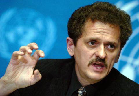 Klaus Stohr en una imagen de archivo cuando era director de la OMS en 2004.