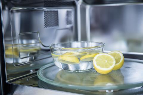 Limpieza del microondas con limones.