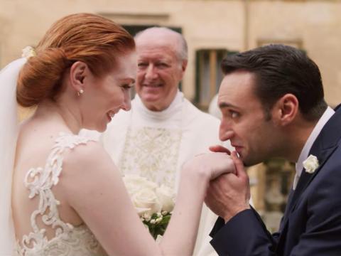 Eleanor Tomlinson y Tiziano Caputo en 'Amor. Boda. Azar'