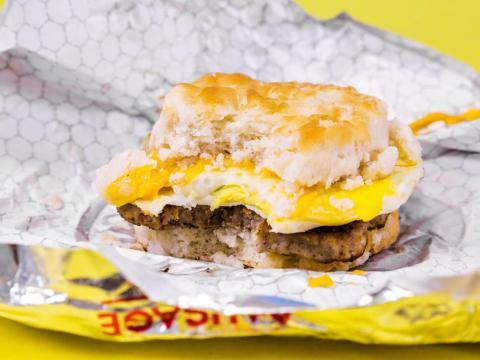 Desayuno de salchichas de Wendy's con huevo y galleta de queso.