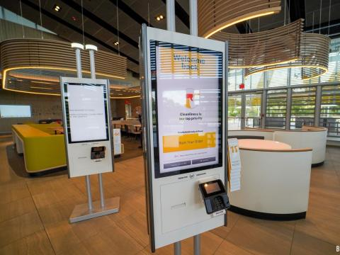 Quioscos de autoservicio en el nuevo Solar Disney McDonald's.