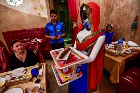 Conoce a Ruby, la camarera robot, que sirve a los clientes en el restaurante Drink and Spice Magics en Dubái.