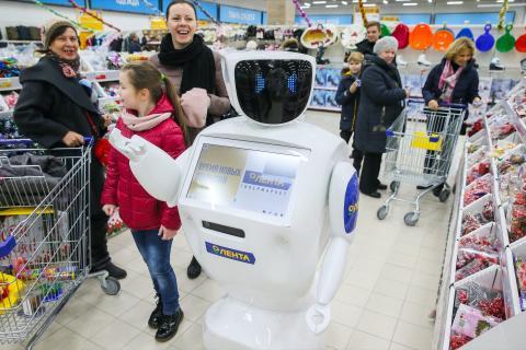 En Moscú, Rusia, algunos supermercados Lenta tienen robots Promobot, que recorren las tiendas y anuncian descuentos y promociones. También reconocen a los clientes habituales y pueden hacer demostraciones de productos.