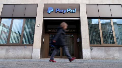 Una mujer caminando en la sede de PayPal de Berlín.
