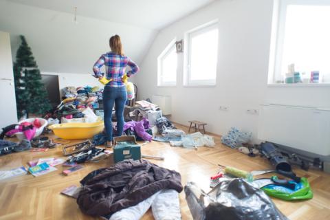 Mujer en un cuarto desordenado.
