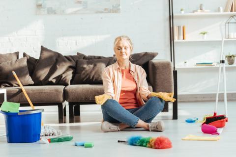 Mujer relajándose antes de limpiar.