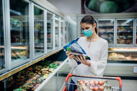 Mujer en la sección de congelados de un supermercado.