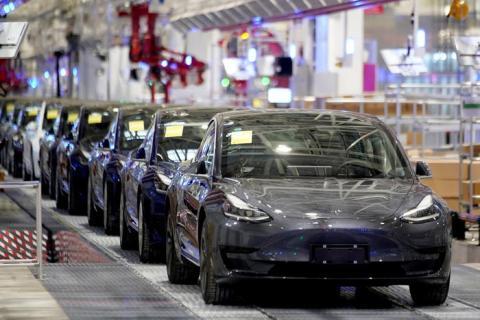 Los sedán Tesla Model 3 saliendo de la línea de ensamblaje en Shanghai, China.