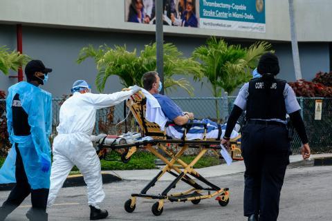 Un paciente de COVID-19 llega al hospital en ambulancia