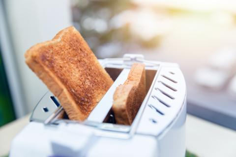 Pan tostado en tostadora.