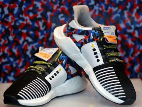 Un par de zapatillas de adidas de edición limitada a subasta en Berlín, Alemania.