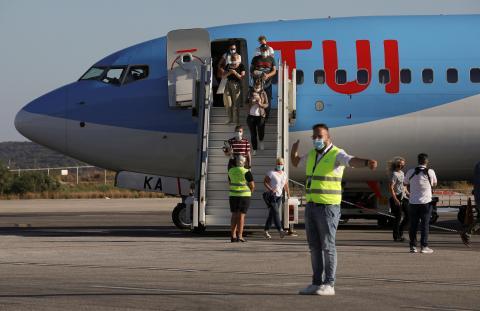 Pasajeros procedentes de Alemania llegan en un vuelo de TUI Airways a Grecia.