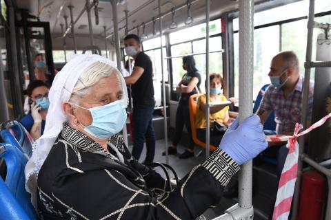 Los pasajeros llevan mascarillas protectoras cuando viajan en autobuses en Tirana, Albania, el 6 de julio de 2020.