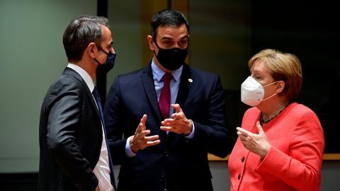 Pedro Sánchez con Mitsotakis y Merkel.