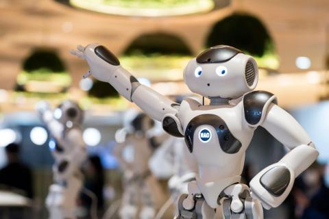La sala Pepper en Tokio, Japón, es atendida por los robots Pepper y NAO de Softbank. Los robots Pepper, que se utilizan en todo el mundo, sirven a los clientes mientras que los robots NAO bailan y los entretienen.