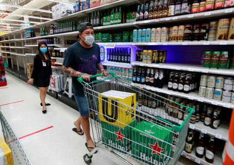 Una persona comprando cerveza