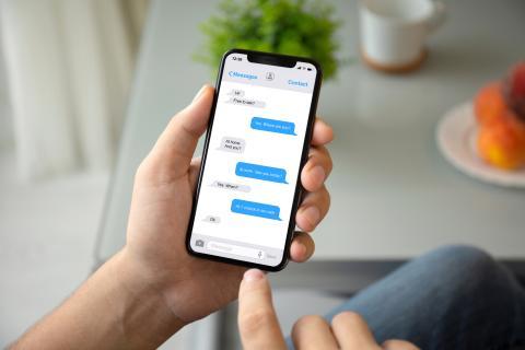 Una persona envía un mensaje desde su móvil.