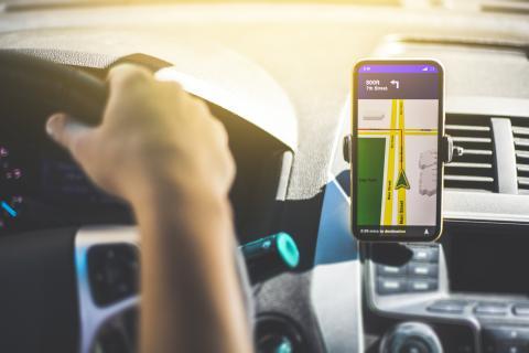 Una persona viaja con GPS en su móvil.