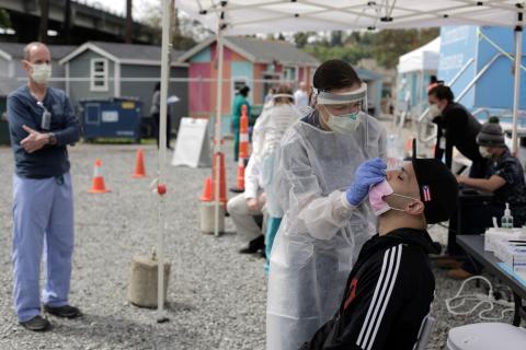 La doctora Lauren Bernese realiza una prueba de coronavirus en Seattle, Washington, EEUU, el 29 de abril de 2020.