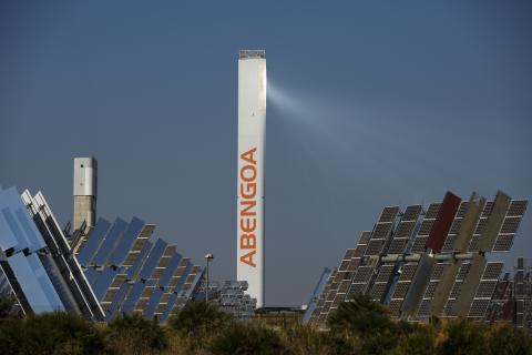 Una planta solar de Abengoa en SanUna planta solar de Abengoa en Sanlucar la Mayor.lucar la Mayor.