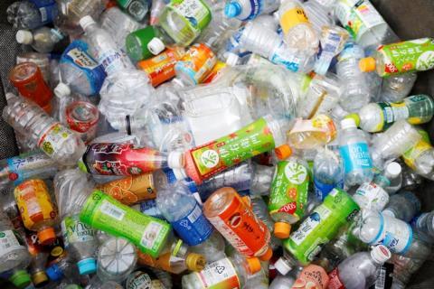 Botellas de plástico usadas en un punto de recolección de residuos en Tokio, Japón, el 21 de noviembre de 2018.