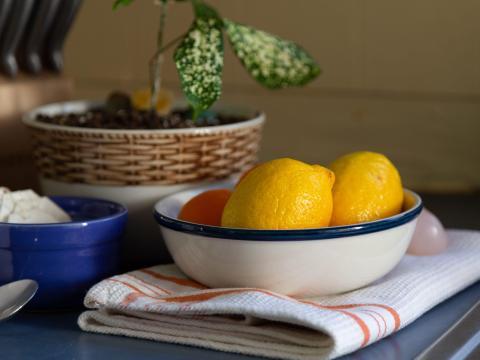 La fruta puede quedar muy bien si la colocamos en un recipiente.