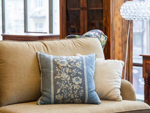 Los cojines del sofá pueden quedar aún mejor en la habitación.