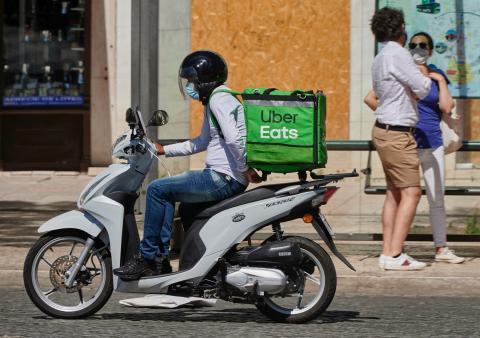 Un repartidor de Uber Eats en Portugal.