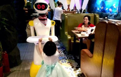 Un robot camarero de un restaurante en Wuhan, China, tiene ojos expresivos en una pantalla LED.