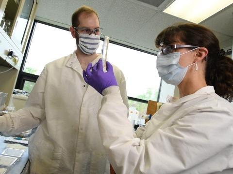 La ingeniera biomédica de la Universidad de Maine Caitlin Howell (derecha) con su estudiante Daniel Regan