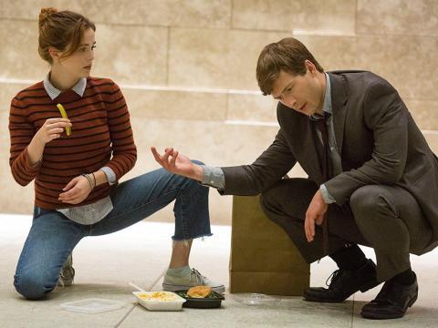 Zoey Deutch y Glen Powell en 'Cómo deshacerte de tu jefe'