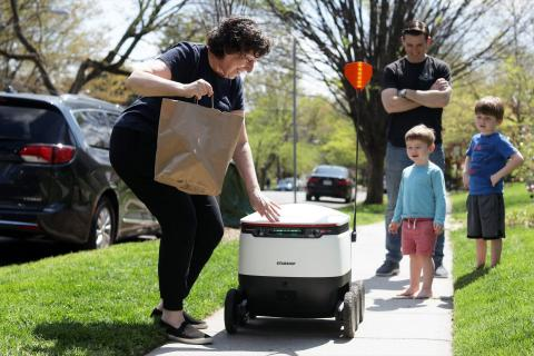 Los diminutos robots con ruedas laterales de Starship Technologies han sido probados en numerosas ocasiones como un práctico (y ahora sin contacto) método de entrega de alimentos y comestibles en la última milla.