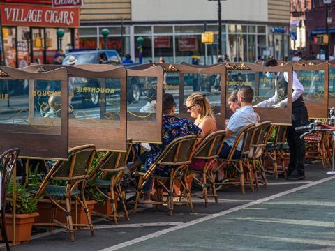Clientes en la terraza del restaurante Boucherie en Nueva York.