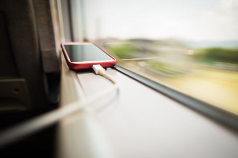 Un teléfono móvil cargando en un viaje en tren