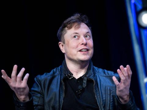 Elon Musk se muestra abierto a licenciar su software y baterías a otros fabricantes.