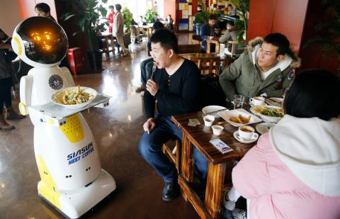 Hay muchos restaurantes en todo el mundo que utilizan robots camareros, incluyendo este en Qingdao, China. Tete entrega la comida a los clientes y puede comunicarse con más de 200 palabras.