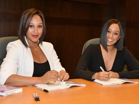 Tamera (izquierda) y Tia Mowry firman su libro 'Twintuition' en Barnes & Noble en Los Ángeles.