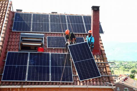 Dos trabajadores instalando un panel