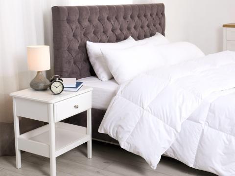 Intenta mover tu mesita de noche al otro lado de la cama o cambia el ángulo del sofá.