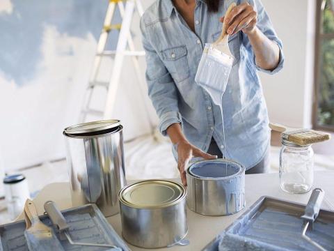 También puede usar pintura para hacer una pared decorativa.