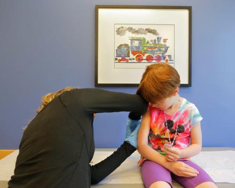 Kiara Boisvert, de 5 años, es vacunada por Amy Moran, auxiliar de Intermed en South Portland el jueves 4 de junio de 2015.