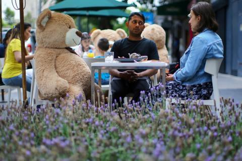 Varios ositos de peluche situados en las mesas de una terraza de Ciudad de México para mantener las medidas de distanciamiento social por la pandemia de coronavirus.
